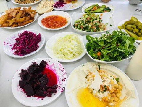TYPISK ISRAELSK: Lunsjene og middagene består gjerne av mange retter på bordet samtidig.