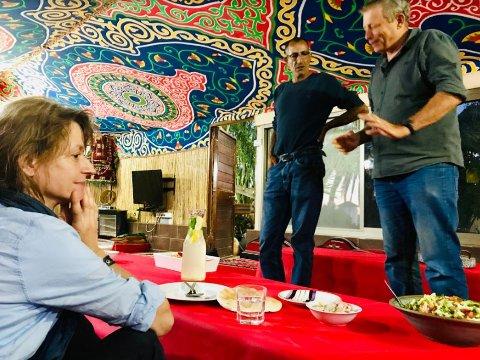 ISRAELERE: Muslimske Musha Falah Al Heyb (i midten) og jødiske Yair (lengst til høyre) er nære venner og forretningspartnere i Israel. Her tar de imot sveitsiske Anna (til venstre) og andre gjester i beduinteltet som Musa har satt opp i hagen sin.