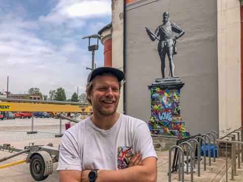 Den anerkjente gatekunstneren Martin Whatson har laget en urban utgave av byens statue av kong Frederik II.