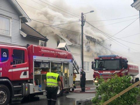 Det røk kraftig fra boligen i Kjølberggata da brannvesenet ankom like etter klokken 18 onsdag.