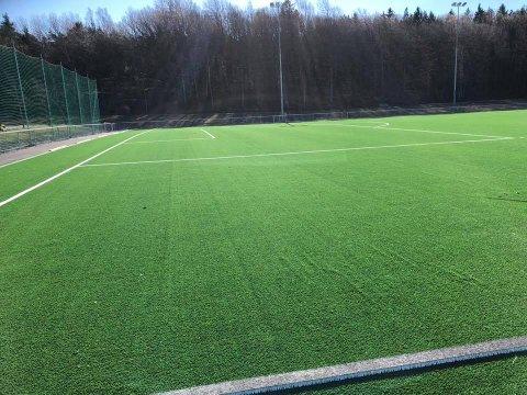 Trenger vedlikehold: Den nye kuntsgressbanen til Kråkerøy IL ble åpnet i april. Nå håper klubben snart at kommunen får på plass en vedlikeholdsavtale.