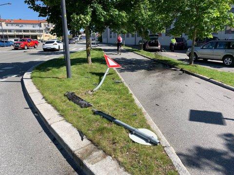 TYDELIGE SPOR: Bilen rev blant annet med seg to skilt på vei over fortauet ved Brynild fabrikker på Mosseveien.