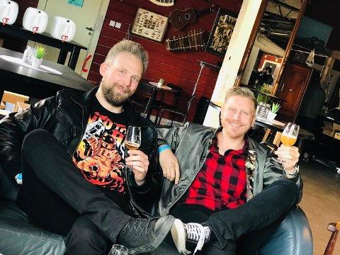 Kompisene Kim Gustavsson (t.v) og Kim Kåring (t.h) storkoste seg med en rekke smaksprøver fredag ettermiddag på Båthuset Scene.