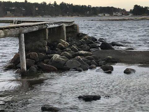 Stenfundament: Denne brygga på Saltholmen er en av mange i området som er støttet opp med sten. Se flere bilder av brygger i området nederst i saken.