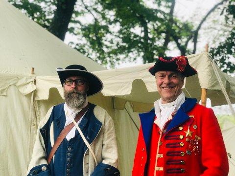 KONGSTEN FORT: Musketer Stig Hasle (t.v) fra Kong Frederik IVs Tambourafdeling af 1704 og artillerist Jørgen Riiser (t.h) fra Nordre Skanse foran «svenskeleiren» kort tid før slaget ble utspilt lørdag formiddag.