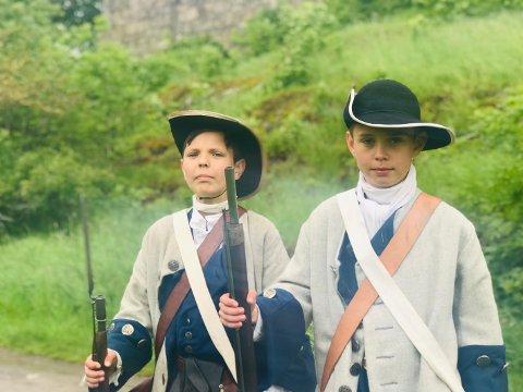 UNGE MUSKETERER: Albert Nordli (t.v) og Martin Eilertsen (t.h) storkoste seg under slaget mot de svenske soldatene fra Bohus Elfsborghs Caroliner.