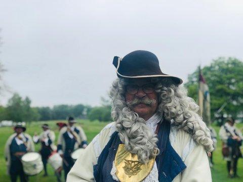 FOR KONGE OG FEDRELAND: Major Carl Henrik Amundsen i Kong Frederik IVs Tambourafdeling af 1704 forteller at det alltid er like gjevt å ta på seg kostymet han har brukt ved over 500 anledninger.