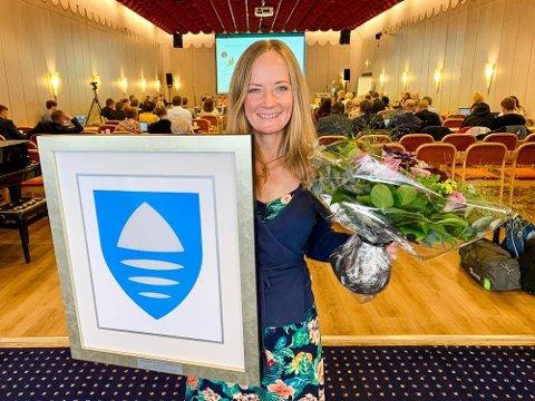 Trude Bjørlykke Hansen viser frem det nye fylkesvåpenet for Viken som hun har designet.