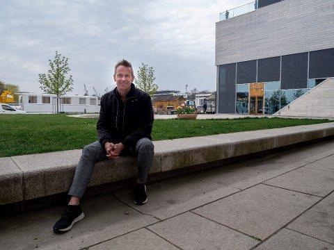 Arkitekt-suksess: Jarl Ture Vormdal eier og driver Griff Arkitektur med Geir Hermansen. Her er Vormdal ved det man kalle et signalbygg i Fredrikstad;  Litteraturhuset. Det er tegnet av Griff.