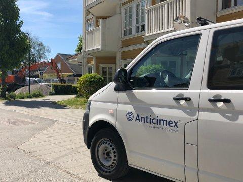 OPPDRAG FULLFØRT: Anticimex-bilen er borte. Det samme er man ganske sikre på at rottene er. Tirsdag kunne Holmen eldresenter åpne dørene til bakhagen sin igjen.