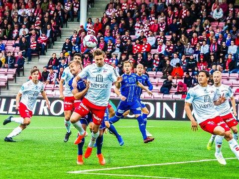 Mange venter med lengsel på at fotballen sparkes i gang igjen.  Her fra en cupkamp på Fredrikstad stadion mellom FFK og 08.