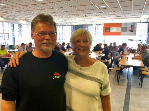 SER FREMOVER: Hovedtillitsvalgt Arild Johannessen og kompetanserådgiver Betty Andresen er imponerte over at 54 Jøtul-ansatte tar fagbrev i tillegg  til full jobb.