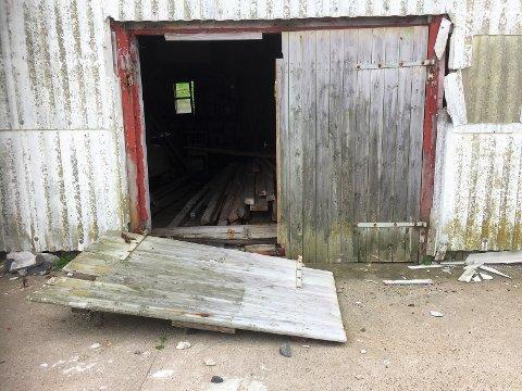 Skremmende forfall: Torbjørnskjær fyr har vært ubebodd siden 1990. Nå ønsker Kystverket å få til en felles aksjon for å redde bygninger. (Foto: Østfold fagskole)