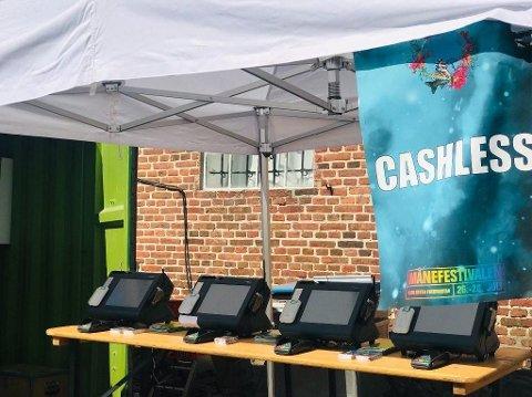 Etter først å ha kjøpt kortene til 50 kroner, måtte festivaldeltakerne selv fylle opp Cashless-kontoen via disse «kassaapparatene».