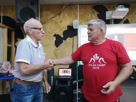 MEDALJE: Æresmedlem Egil Hansen (til venstre) overrekker klubbens fortjenestemedalje til Arne Amundsen. Foto: Privat