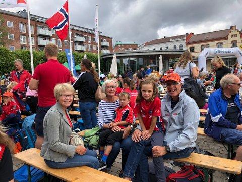 FAMILIETRREFF: Eva Riddervold Kahrs tok plass på fanget til farfar Johannes Kahrs etter løpet.