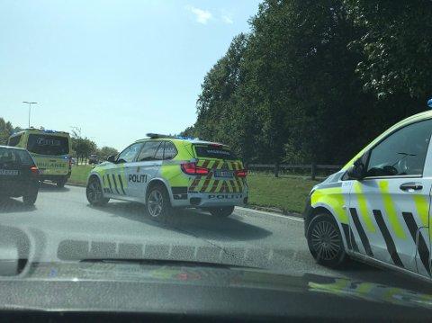 Ulykken inntraff i rundkjøringen nedenfor avkjøringen til Leie fra fylkesvei 109 (Rolvsøyveien).