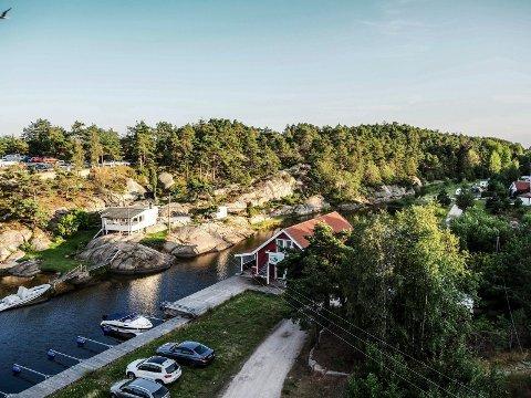 RAMMES: Den nye kraftlinjen vil skjære gjennom landskapet her på Holmetangen. Ifølge kontaktperson fra sameiet vil trolig hyttene som ligger nærmest 108-veien til Hvaler bli hardest rammet.
