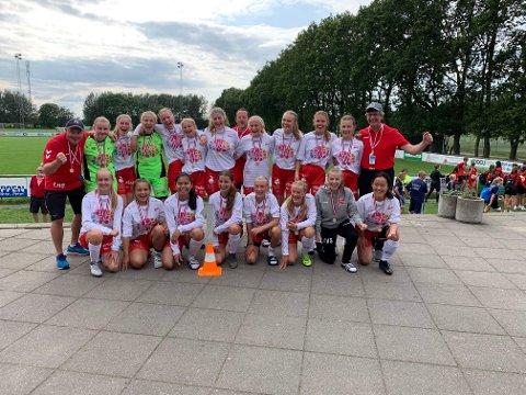 JUBELJENTER: Fredrikstads fotballjenter vant finalen 4-3 over Karlskoga.