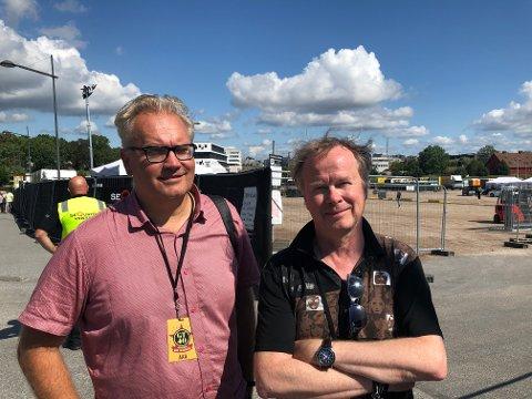 Fotograf Anders Roos (t.v.) og journalist og forfatter Jan-Owe Wikström skriver en bok om avskjedsturneen til Gyllene Tider, og har fulgt bandet siden turnéstart i Halmstad 4. juli. De tror fredrikstadfolket kan vente seg en fest av en konsert i kveld.