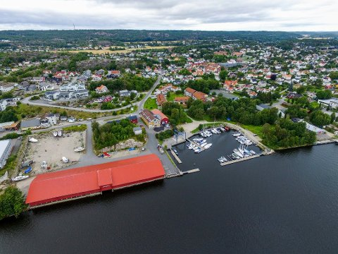 Den rødfargede materialtørka fra Gressvik Bruk dominerer bildet. Halvor Rognerud mener det er skandaløst at den rives for å gi plass til Sleipners nye produksjonslokaler.