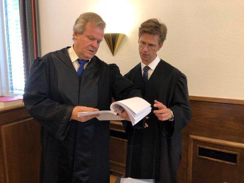 Politiadvokat Nils Vegard og den tiltalte sjåførens forsvarer, Johannes Bakkevig, i samtaler før rettsaken mandag.