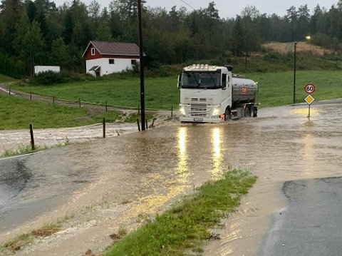 Kraftig regn: Regnet bøttet ned i Fredrikstad søndag morgen. Her prøver en lastebil lykken over en vanndam i Veumveien.