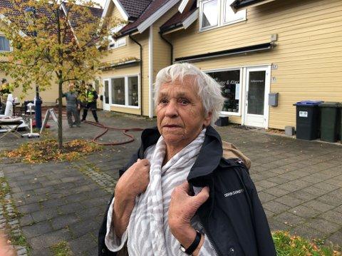 Ut i morgenkåpen: Ragnhild Hovda drakk kaffe i bare morgenkåpen da noen ropte at hun måtte komme seg ut. Verken hun eller andre ble skadet i brannen på Gressvik Torv fredag morgen.