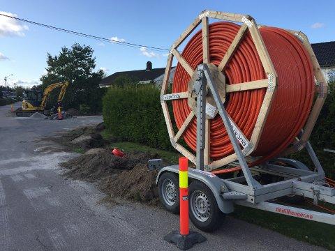 ER I GANG: Viken Fiber har startet utbygging av fibernettet i Karlshus. I disse dager graver de her i Stensrødveien.