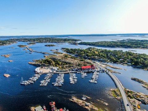 Hvaler Marina AS  leier ut lokaler på Stokken.  På sikt ønsker eierne å utvikle eiendommen videre med flere båtplasser.