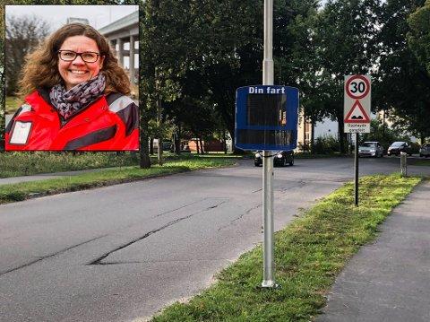 FÅR STATISTIKK: Overingeniør Kristin Greaker Carlsson (innfelt) kan hente ut viktig informasjon om trafikantenes fart fra denne fartsmåleren i Nabbetorpveien på Gudeberg.