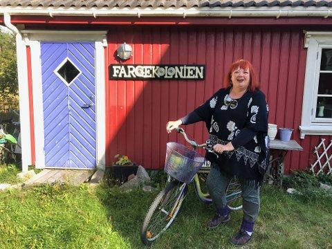 GALLERIEIER: Mariann Nilsen har hver sommer galleri i garasjen på Hvaler.
