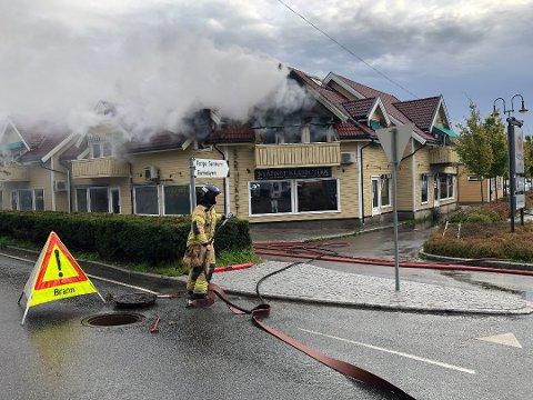 Totalskadd: Det begynte å brenne i hjørnelieligheten i andre etasje på Gressvik Torv fredag morgen. Beboeren var på jobb da brannen startet.