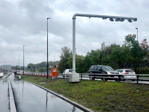 Åpner fredag: Nå starter bompengeinnkrevingen i Fredrikstad.  Ett av stedene der bilistene må passere bomringen, er her ved Simo.