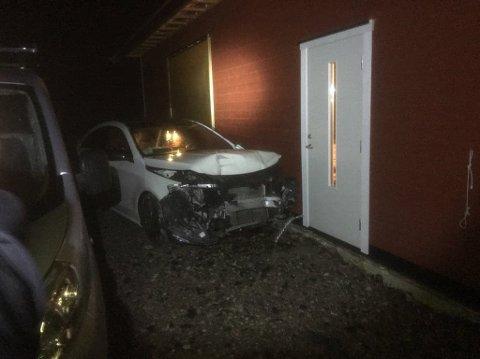 Bilen inntil inngangspartiet til huset til eieren.  FOTO: PRIVAT