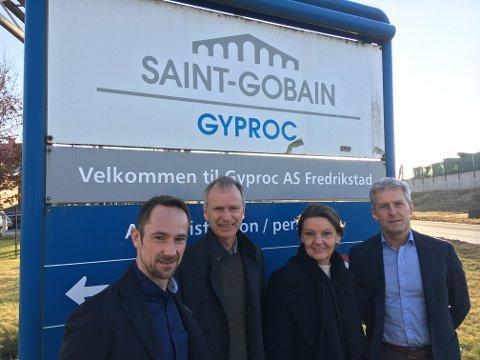 Høyre-politikere reagerer: Fra venstre administrerende direktør Lars Gaustad, Truls Velgaard (H), Ingjerd Schou (H) og Peik Næsje, som er sjef for den lokale virksomheten i Fredrikstad. (Foto: Privat)