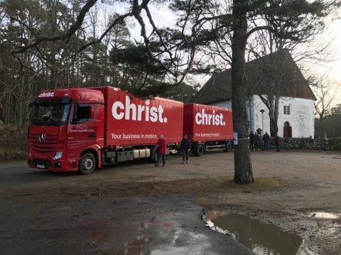 """Traileren som fraktet orgelet til kirken hadde det passende navnet """"Christ"""" påskrevet."""
