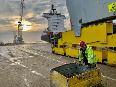 Containerterminalen: På Borg Havn har vi 4 ukentlige containerskip anløp. Disse går i fast rute mellom de store havnene på kontinentet og havnene i Oslofjorden, deriblant Fredrikstad. Med dette rutenettet har Fredrikstad direkteforbindelse med blant annet Bremerhaven, Hamburg, Rotterdam, Immingham, Thorshavn og Reykjavik. Det enkelte Rederi har fått tildelt sine faste anløpsdager og for å gi brukerne av havna en så god forutsigbarhet som mulig, er det viktig at linjerederiene holder tidsskjema og sitt tildelte «vindu». Det er derfor ikke uvanlig at disse fartøyene blir operert både på nattestid og i helger.  Vanligvis arbeides det med to kraner samtidig, men dette avhenger av både tilgjengelige ressurser (annen trafikk) og hvordan båten er stuet. Antall containere på ett anløp varierer fra 100 til 600, og med to kraner i drift opererer vi rundt 40 enheter i timen. I 2019  gikk det 37.637 containere over Borg Havn, eller 60.683 TEU's, en benevnelse vi ofte bruker i fagspråket (1 TEU er det samme som én 20 fots container / én 40 fots container tilsvarer 2 TEU's) På bildet kan man se havnearbeider Trond Gundersen ta seg en pust i bakken ved «skokassa» til «Magnus F». Denne kassa inneholder «twistlocks» som brukes til å låse containerne til hverandre.