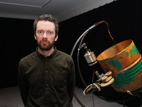 Atle Selnes Nielsen stiller for andre gang ut ved Østfold kunstsenter – sist gang var for nøyaktig ti år siden. Hans nye utstilling har fått navnet «Det som egentlig var», og betegnes som en kinetisk lydinstallasjon.