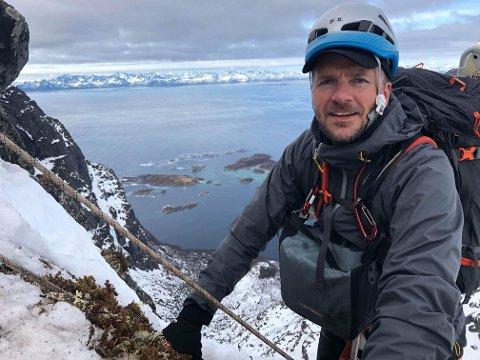 Jobber i høyden: Her henger Matti Bernitz Pedersen oppe i fjellet nordpå, på oppdrag for 71 grader nord.
