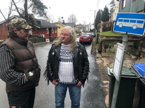 FORTVILET: Tommy Størseth (til venstre) og Einar Johansen bruker bussen flittig. Men går den ikke når man skal avsted, må man velge annerledes. Einar har kjøpt bil, Tommy teller på knappene, sier han.