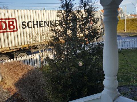 TUNGT: Slik ser en trailer ut sett fra en av boligeiendommene i Solengveien. På begge sider av Solengveien ligger bolighusene på rad og rekke.