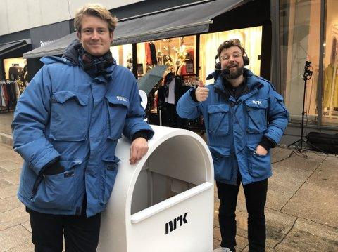 I FREDRIKSTAD: Christian Fredrik Mikkelsen (t.v.) og Martin Beyer-Olsen har gjort stor suksess med «Verdens minste kommentatorboks». Før jul var de på besøk i Fredrikstad der de fikk oppleve mange forskjellige karakterer.