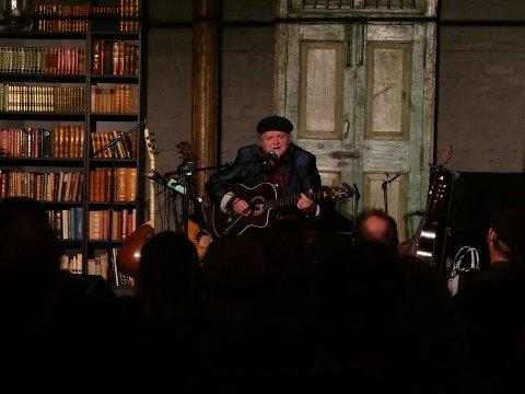 SESONGEN ER I GANG: Knut Reiersrud spilte for et fullsatt Teglhuset fredag 17. januar. Det var starten på vinter- og vårprogrammet til konsertlokalet.