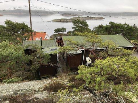 Her mener både rådmannen og politikerne det er greit med rivning og bygging av en helt ny hytte. Naboen bak kjører hardt ut mot kommunen og mener at utsikten blir ødelagt.