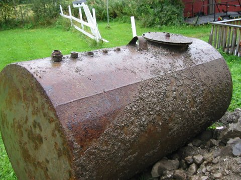 OLJETANK: Slik ser en oljetank av stål ut når den er grav opp. Tanken har det man kaller et mannslokk, et stort lokk øverst, som gjør at en mann kan rense den fra innsiden. Da kan den brukes til fyring med bio-olje.