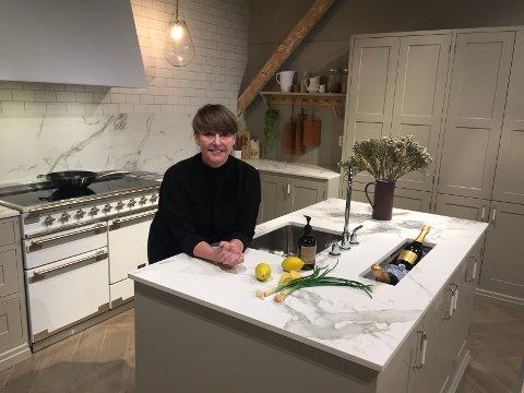 På kjøkkenet: Nina Therese Oppedal, medeier og butikkleder i Studio Sigdal ser lyst på framtiden og alle de nye leilighetene som skal bygges i Fredrikstad.