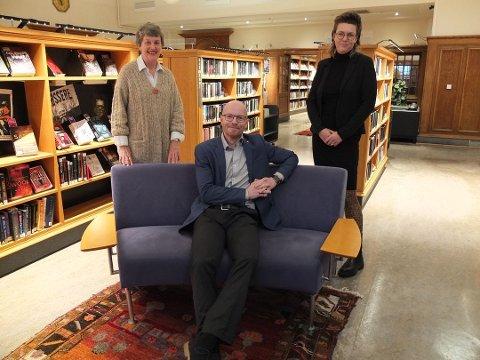 Bibliotekene og høgskolen styrker samarbeidet om folkeopplysning. På bildet Nina Ewart, Jo Ese og Tora Klevås.