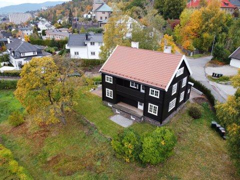 RENOVERER VILLA PÅ TOPPENHAUG: Carl August Ameln (52) renoverer gamle hus som hobby. – Jeg renoverer fordi det er gøy, sier han til Drammens Tidende.