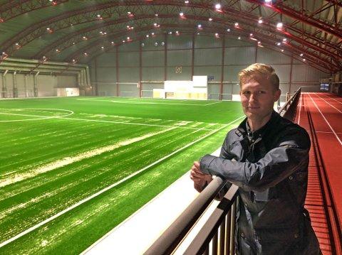Stian Eriksrud, spesialkonsulent i Fredrikstad kommune, konstaterer at arbeidet er i rute. Allerede neste uke vil hallen være klar til bruk.